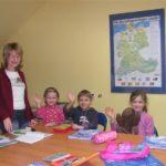 grupa dzieci na zajęciach niemieckiego