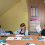 grupa młodzieży na zajeciach z angielskiego
