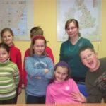 Grupa dzieci w wieku 6 do 10 na zajeciach