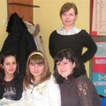 Trzyosobowa grupa na lekcji angielskiego